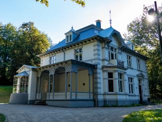 Präsentation der Wahlergebnisse der Kommunalwahl in diesem Jahr auf der Terrasse der Villa im Park. Bild: Chr. Schön